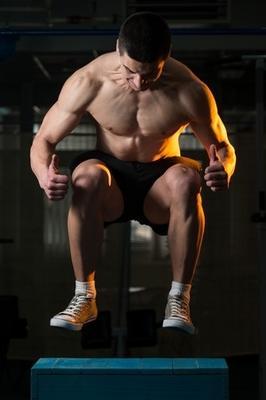 Ein Sportler macht einen Hock-Strecksprung