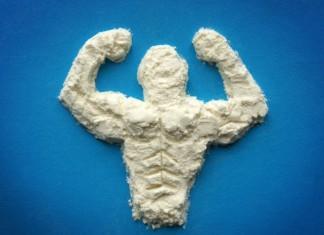 Ein muskulöser Mann geformt aus Aminosäuren-Pulver