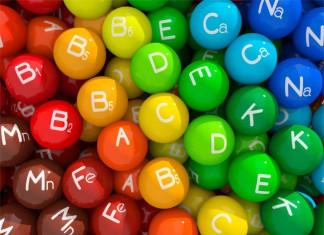 Punkte Kapseln mit den Buchstaben der Vitamine darauf