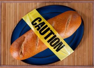 """Ein Baguette mit einem """"Caution"""" Klebeband drum herum"""