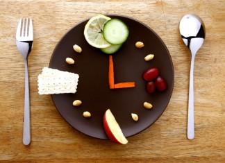 Man sieht einen Teller mit verschiedenen Lebensmitteln die wie ein Ziffernblatt angeordnet sind