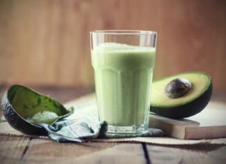 Leckerer grüner Smoothie mit Avocado
