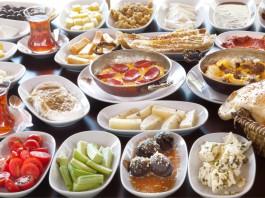 Ein Tisch voll mit türkischem Frühstück