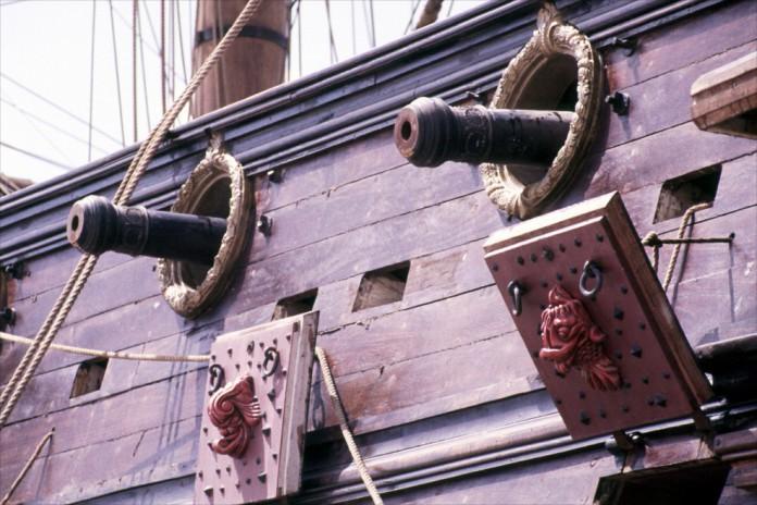 Ein Piratenschiff mit zwei Kanonen am Deck
