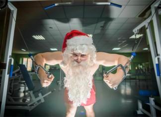 Man sieht einen Weihnachtsmann im einem Fitnessstudio