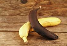 Eine frische und eine schwarze Banane