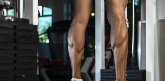 Sportler trainiert die Waden in einem Fitnesscenter