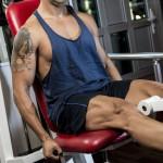 Sportler trainiert seine Beinmuskulatur an einer Sportmaschine