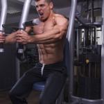 Sportler trainiert am Butterfly Gerät im Fitnesscenter