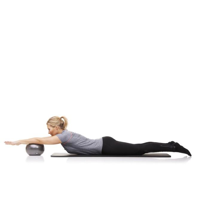 Sportlerin trainiert das diagonale Heben auf dem Boden