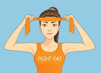 Eine Frau bindet sich ihr Stirnband um und bereitet sich auf das Training vor