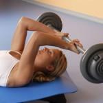 Sportlerin trainiert Stirndrücken