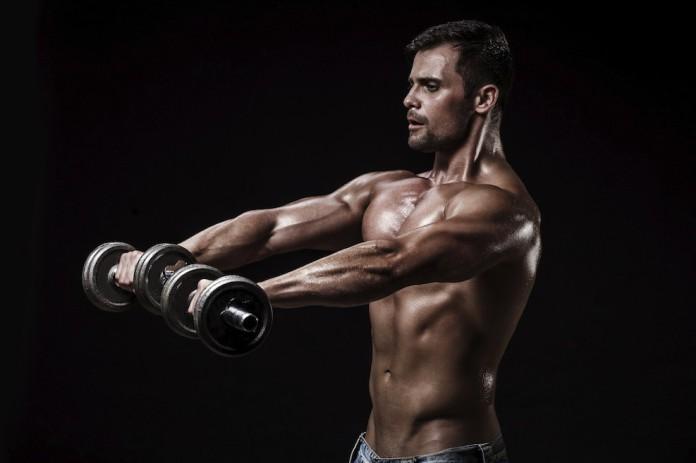 Sportler mit Kurzhanteln