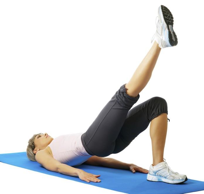 Sportlerin trainiert den Hiplift mit einem Bein