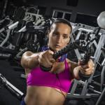 Sportlerin trainiert die Bauchmuskeln am Kabelzug