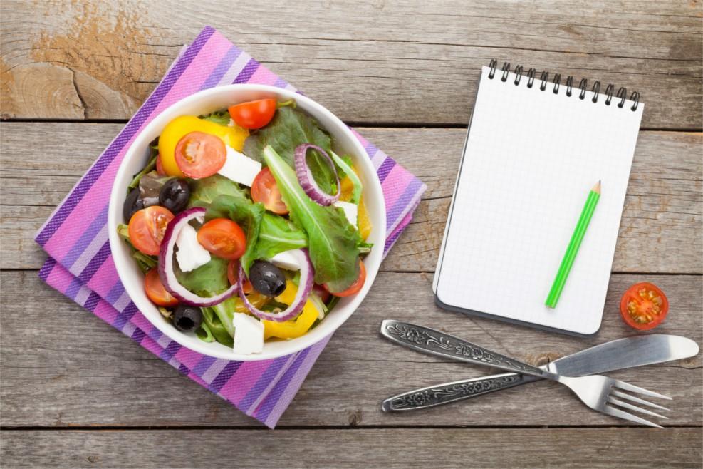 Ein gesundes Essen (Suppe) mit einem Block und einen Stift daneben