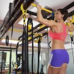 Sportlerin trainiert Klimmzüge