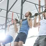 Sportler trainieren Klimmzüge mit engem Untergriff