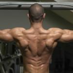 Sportler trainiert an einer Klimmzugstange