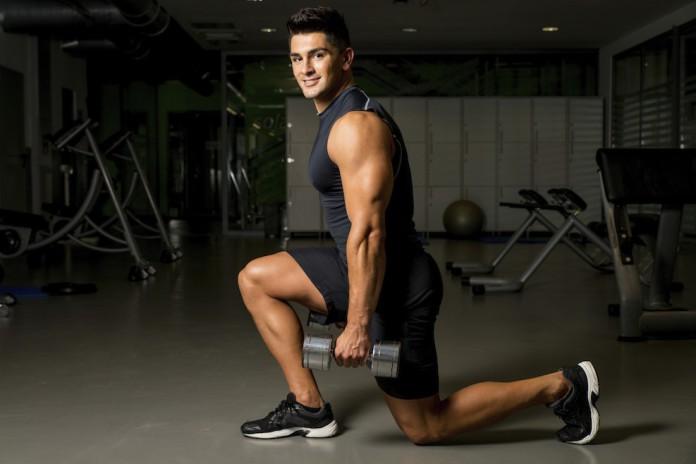 Sportler trainiert Kniebeugen mit einen Ausfallschritt