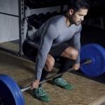 Sportler trainiert Kreuzheben mit einer Langhantel