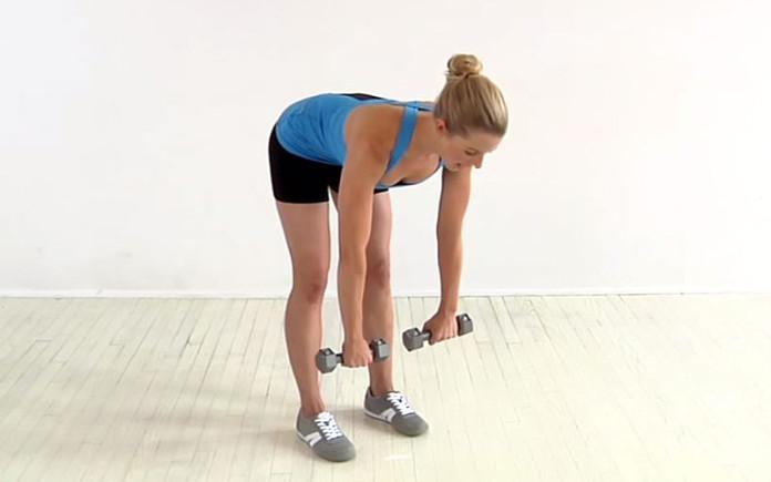 Sportlering trainiert das Kreuzheben mit Kurzhanteln