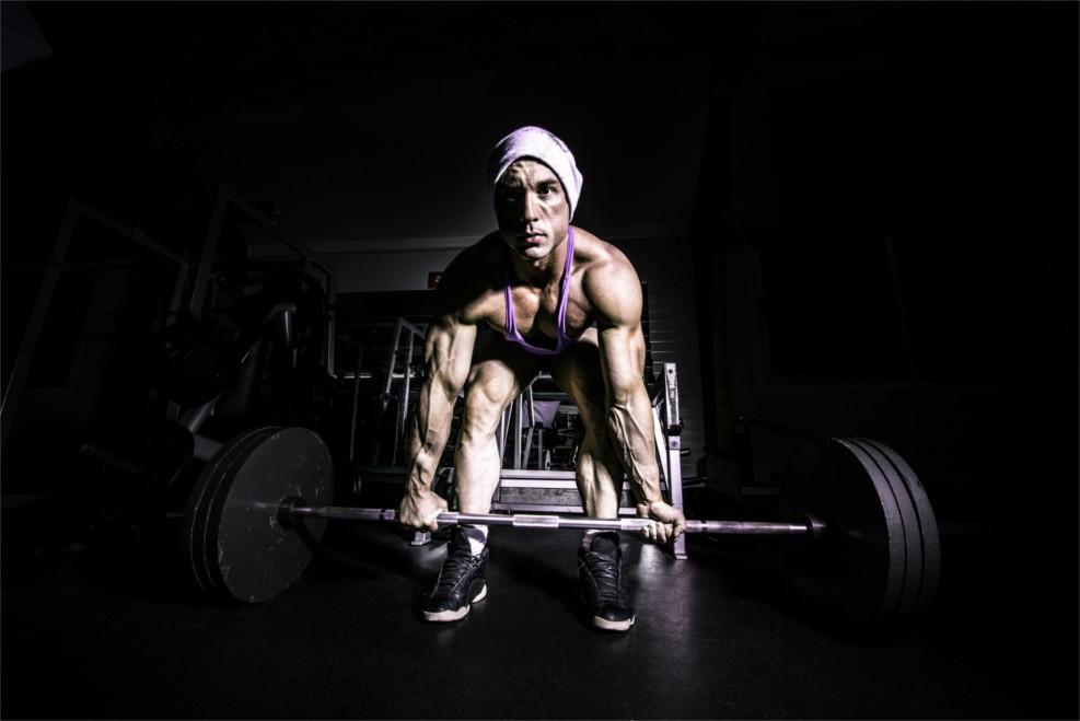 Ein Bodybuilder beim Kreuzheben