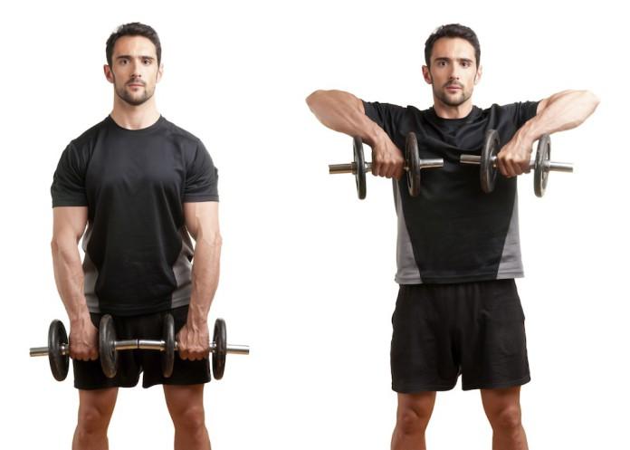 Sportler rudert mit Kurzhantel