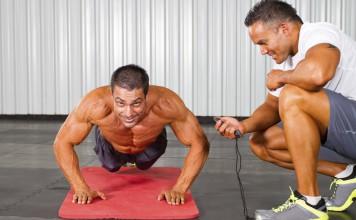 Sportler trainiert Liegestütze auf der Matte