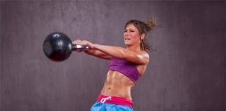 Eine Frau trainiert mit einer Gewichtkugel