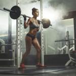Sportlerin trainiert den Nacken an der Multipresse