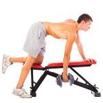 Sportler traniert auf einer Trainingsbank mit der Kurzhantel