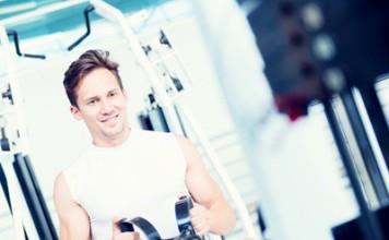 Sportler trainiert am Kabelzug