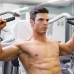 Sportler trainiert seinen Brustmuskeln am Gerät