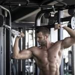 Sportler trainiert Scottcurls an einer Kabelzug-Maschine