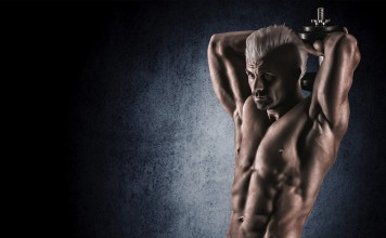 Sportler trainiert seinen Trizeps mit einer Kurzhantel