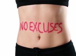 """Der schlanke Bauch einer Frau mit der Aufschrift """"NO EXCUSES"""""""