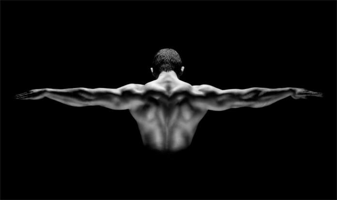 Ein trainierter Mann in der Michael Jordan Pose. S/W