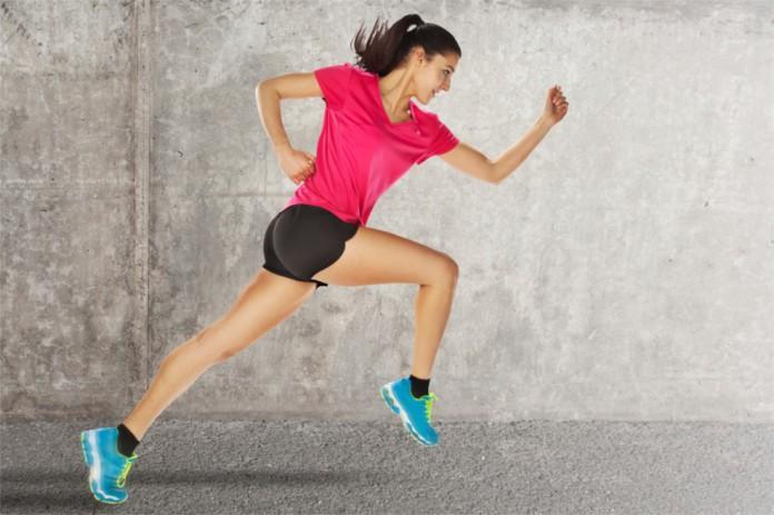 Eine Frau startet kraftvoll einen Sprint