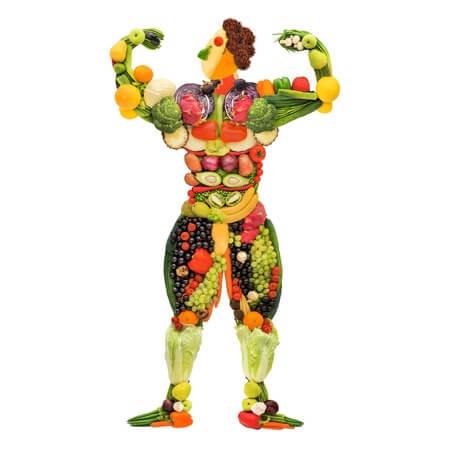 Ein Mann der aus Obst und Gemüse modelliert ist