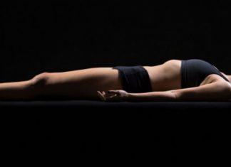 Eine durchtrainierte Frau schläft in Sportswaer