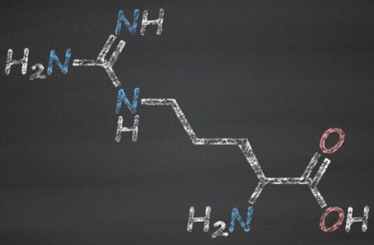 Die Strukturformel von L-Arginin an eine Tafel gemalt